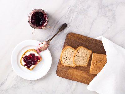 миндальный кето хлеб, пучок шпината