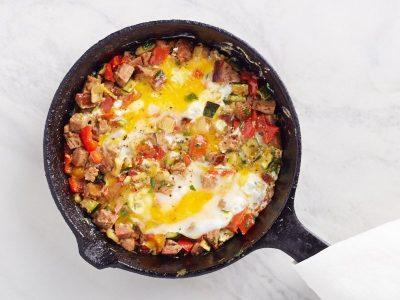 Яичница с Овощами-Гриль и Пикантной Колбаской