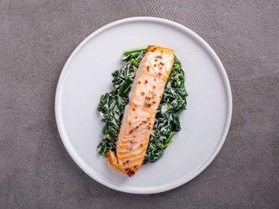 лосось со шпинатом, пучок шпината, кето рецепты