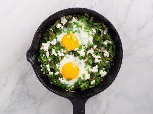 Зеленая Шакшука, кето завтраки, пучок шпината